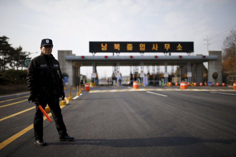 Un guardia de seguridad surcoreano en la carretera que conduce al complejo industrial de Kaesong, situado dentro del territorio norcoreano.rn rn