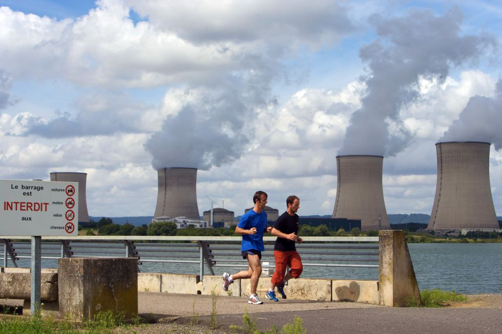 Central nuclear en Cattenom, junto al río Mosela, Francia.  rn