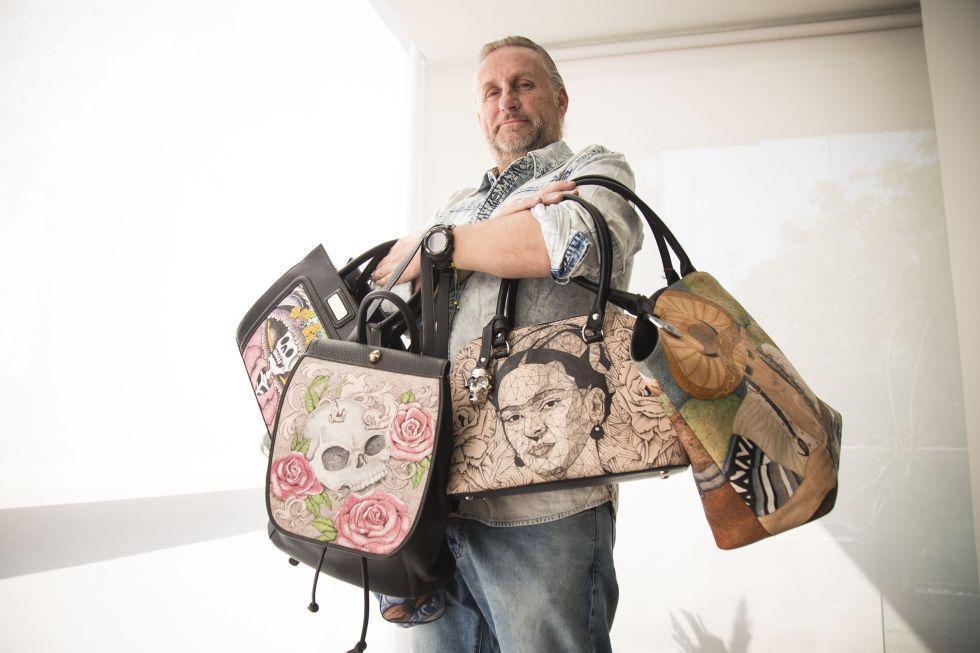 El presidente de la fundación Prison Art, Jorge Cueto, con algunos de los bolsos.