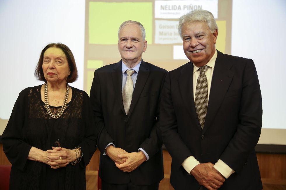 La escritora Nélida Piñón, Marco Antonio Zago, rector de la Universidad de São Paulo, y Felipe González.