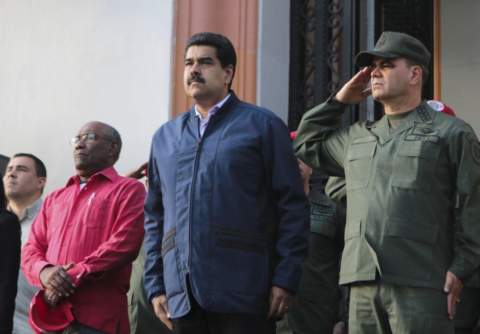 Nícolás Maduro en el centro y, a su izquierda Vladimir Padrino, ministro de Defensa.