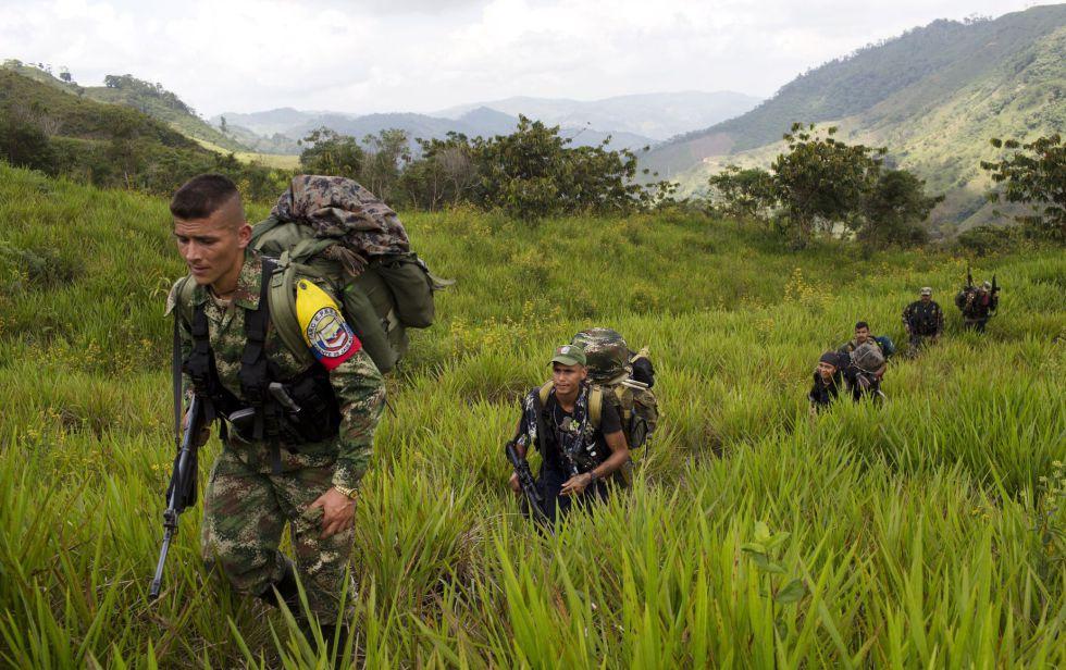 Miembros de las FARC caminan hacia un campamento en Antioquia.