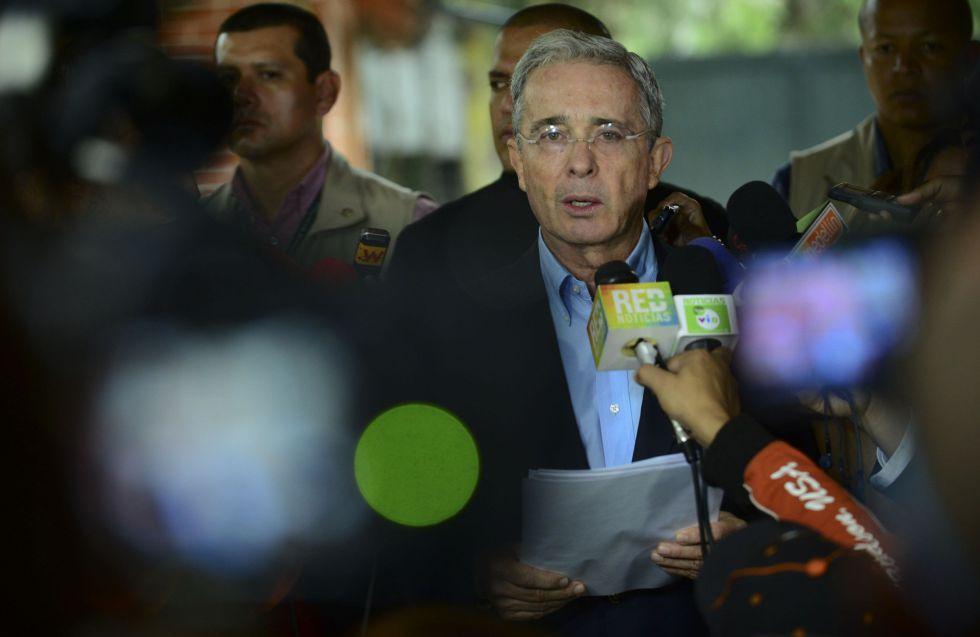 El expresidente Álvaro Uribe, durante una conferencia de prensa.