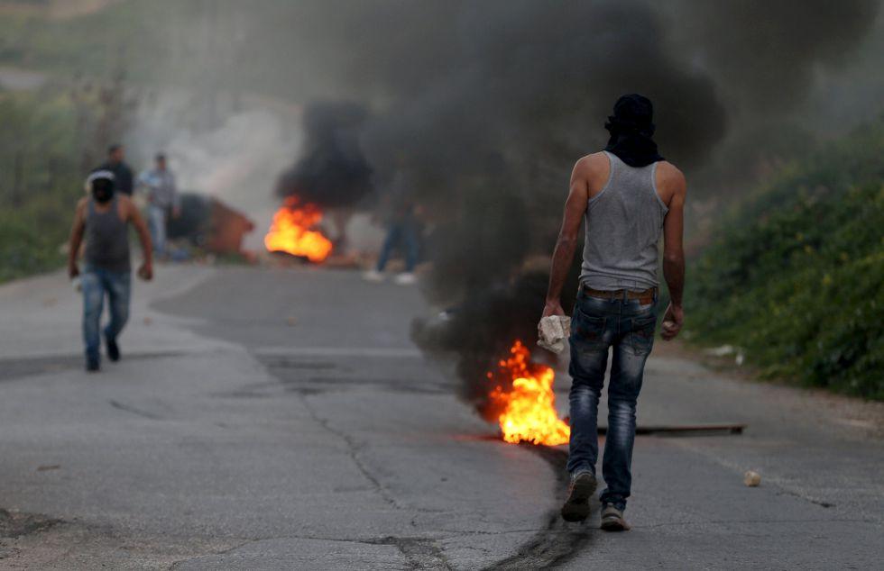 Varios palestinos, durante enfrentamientos con tropas israelíes, este viernes en Cisjordania.