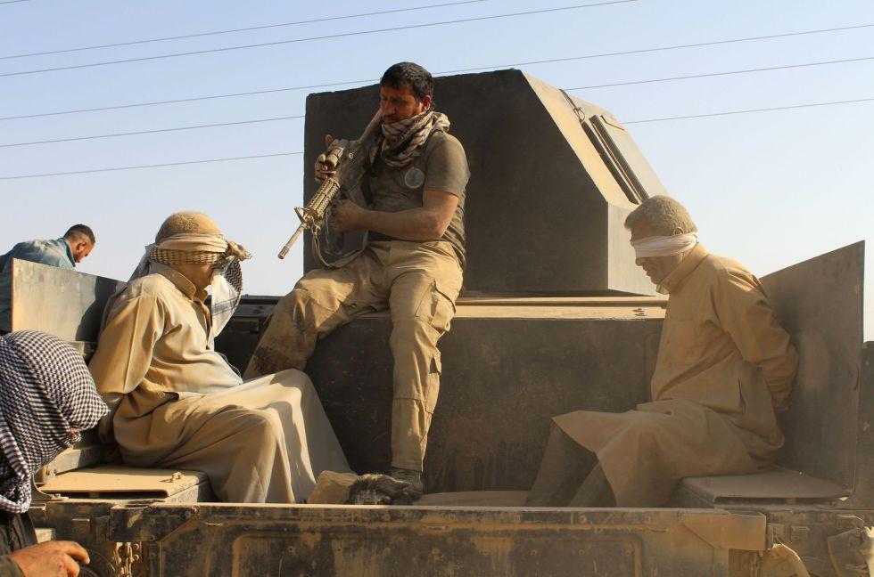 Fuerzas iraquíes detienen a dos hombres sospechosos de pertenecer al ISIS, este jueves en la provincia de Al Anbar.
