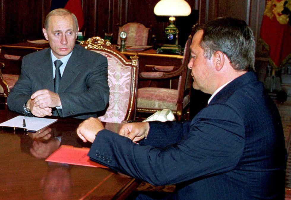El exministro de Información de Rusia Mijaíl Lesin, a la derecha, y el presidente ruso, Vladimir Putin, en 2000.