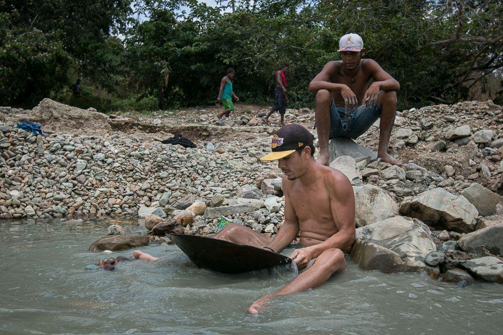 Trabajadores en la minería artesanal en Tumeremo, esta semana.