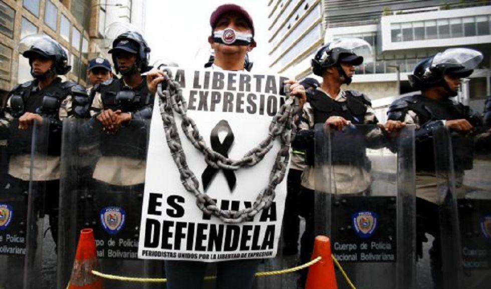 Una mujer protesta contra los ataques a la prensa en Venezuela en febrero de 2014.