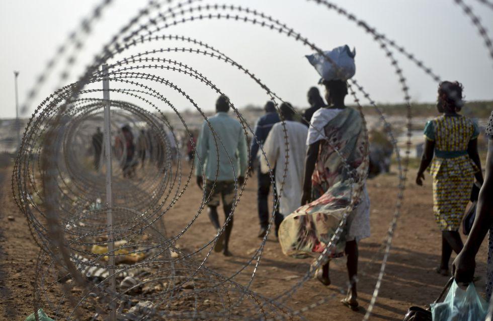 Decenas de desplazados caminan junto a la base de la ONU en Juba, Sudán del Sur, el 16 de enero.