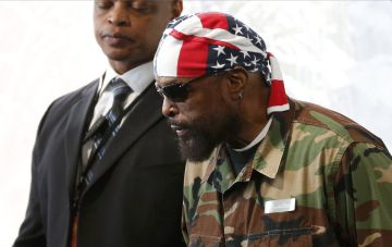 El actor Mr. T, a su llegada al funeral.