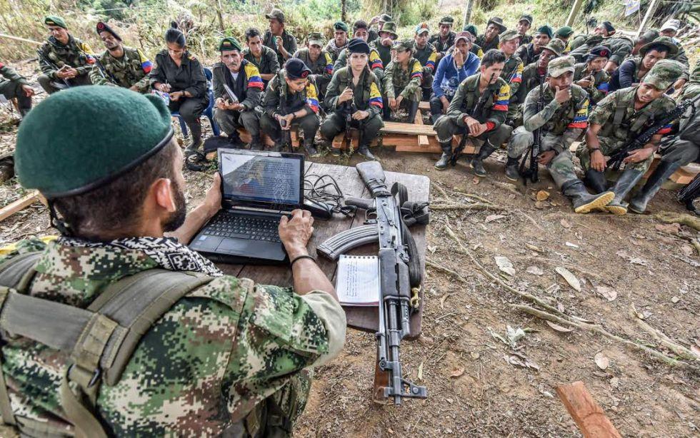 Un miembro de las FARC explica a la guerrilla el proceso de paz
