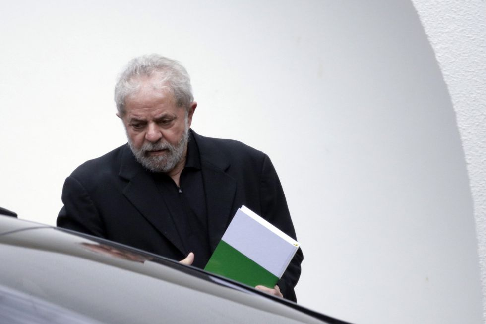Lula da Silva sale de un desayuno con senadores.