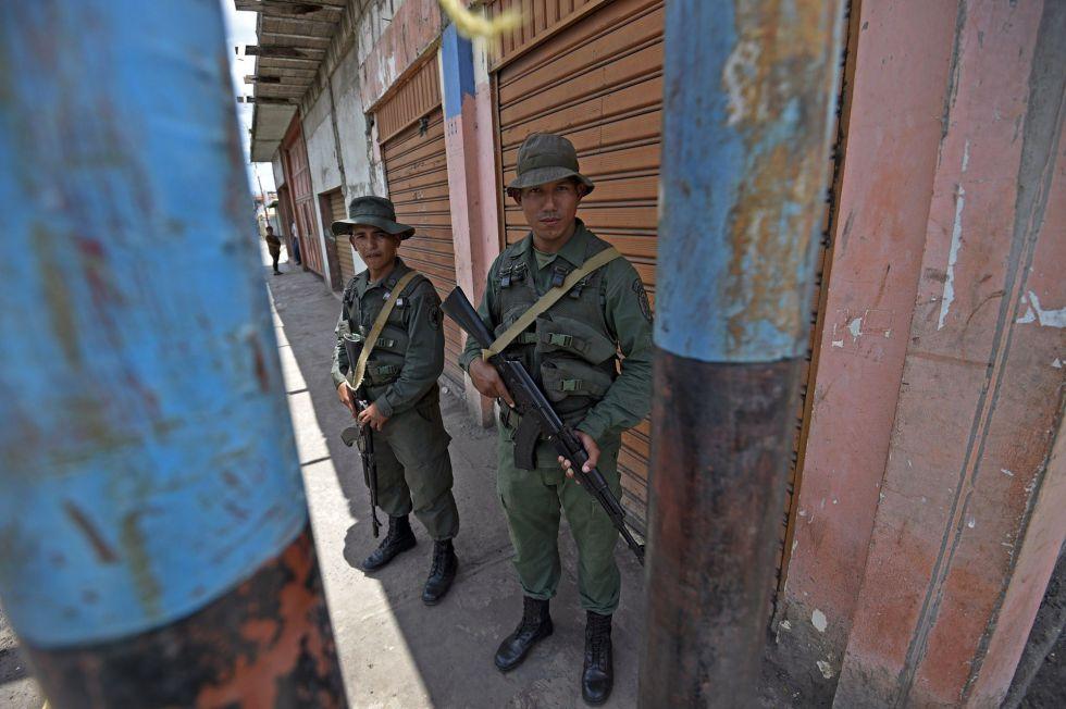 Los miembros del Ejército resguardan una calle en Tumeremo, donde desaparecieron los mineros venezolanos.