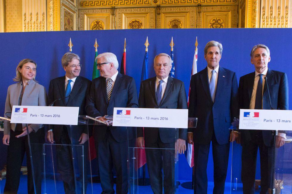 Desde la Izquierda, la alta representante de exteriores de la UE, Federica Mogherini y los ministros de Exteriores de Italia, Paolo Gentiloni, Alemania, Frank-Walter Steinmeier, Francia, Jean-Marc Ayrault, el secretario de Estado de EEUU, John Kerry y el responsable de Exteriores británico, Philip Hammond, este domingo en una comparecencia en París.