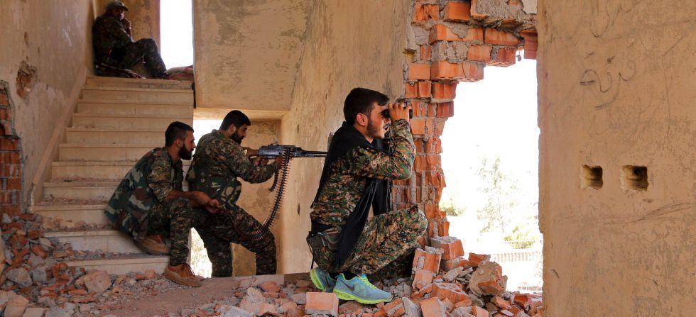 Milicianos de las YPG kurdas, en una posición en el frente de Hasaka, en julio de 2015.