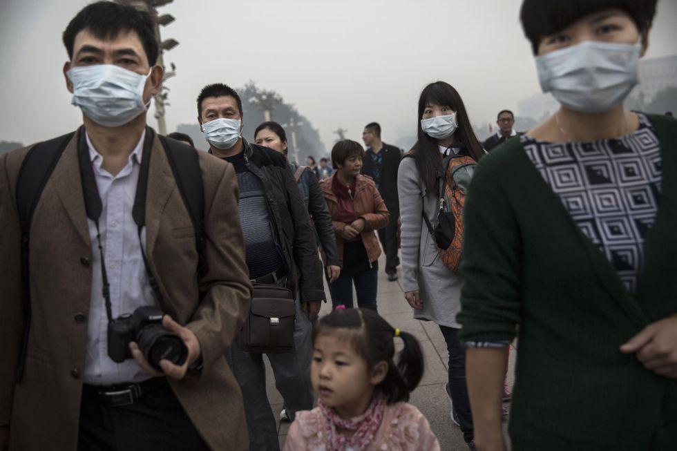 Em Pequim, moradores aderem ao uso de máscaras.