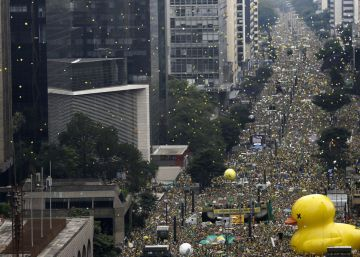 Las protestas aíslan aún más a Rousseff en el Congreso