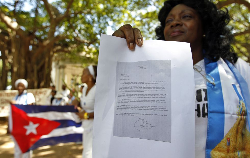 La lider de las Damas de Blanco, Berta Soler, muestra la carta de Obama