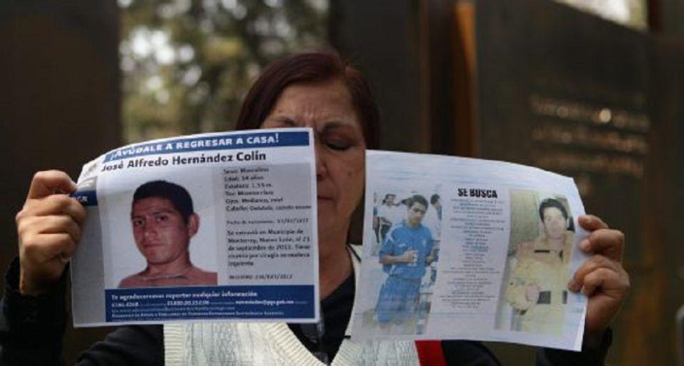 Familiar de un desaparecido en el Memoríal de Víctimas.