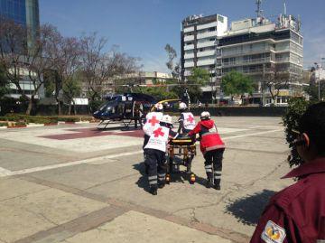 Personal de la Cruz Roja traslada a la niña desde Tláhuac hacia Legaria.