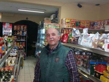 El belga de origen turco Can Coskun en su tienda de la comuna de Forest.