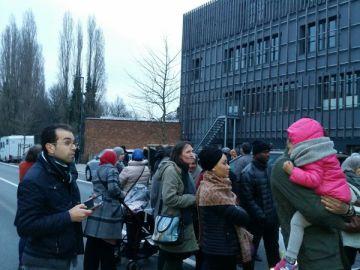 Un grupo de padres espera la salida de sus hijos del colegio La Cordée.