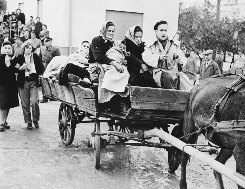 Un grupo de húngaros llega a Linchenbach (Austria) en abril de 1956 tras huir de la invasión soviética.