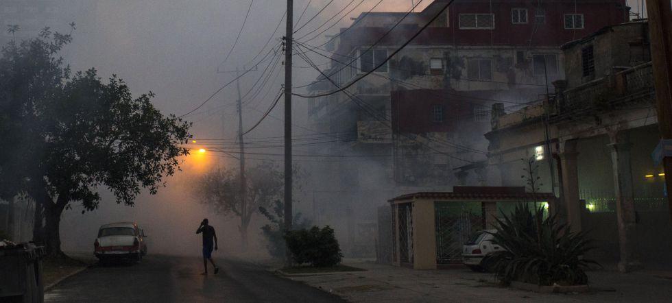 Fumigación el martes en La Habana para impedir la propagación de las enfermedades transmitidas por el mosquito aedes, como el zika.