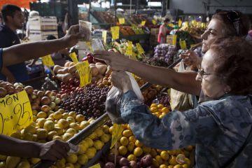 La gente viaja al Mercado Central una vez a la semana.