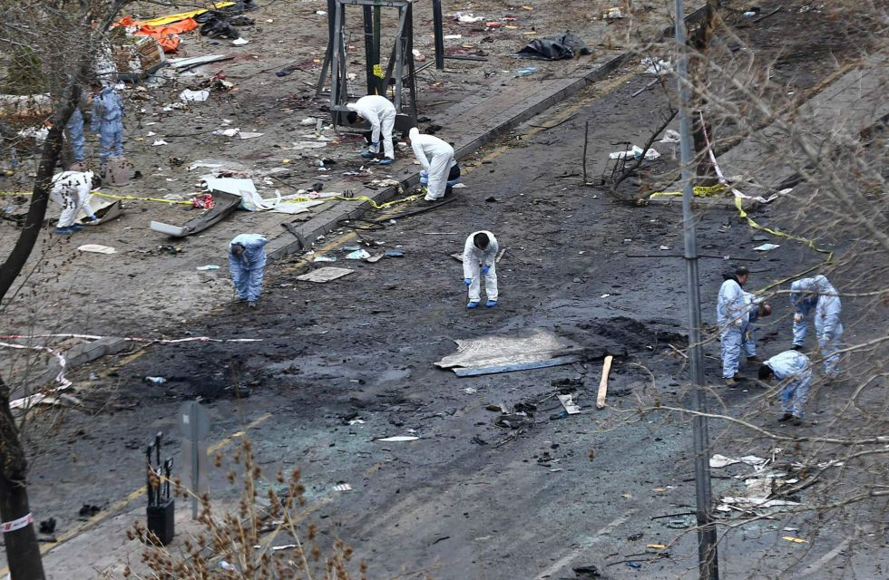 Los forenses exploran la escena del atentado, el pasado lunes en Ankara.