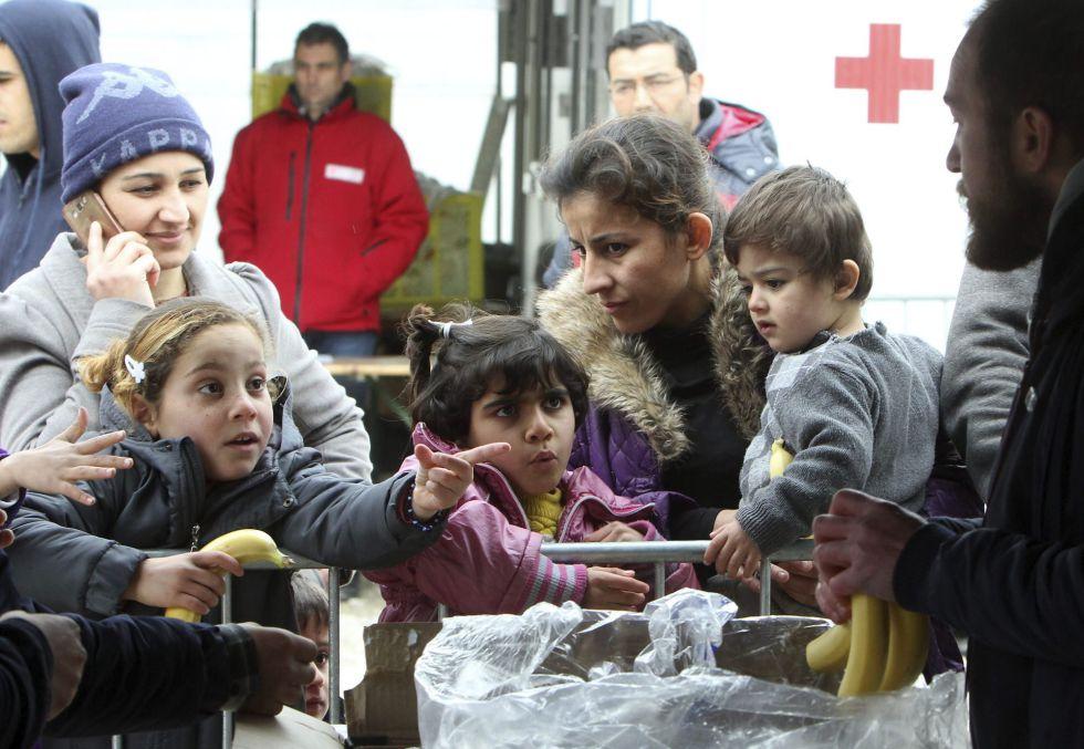U grupo de refugiados recibe comida en Presevo (Serbia) este miércoles.