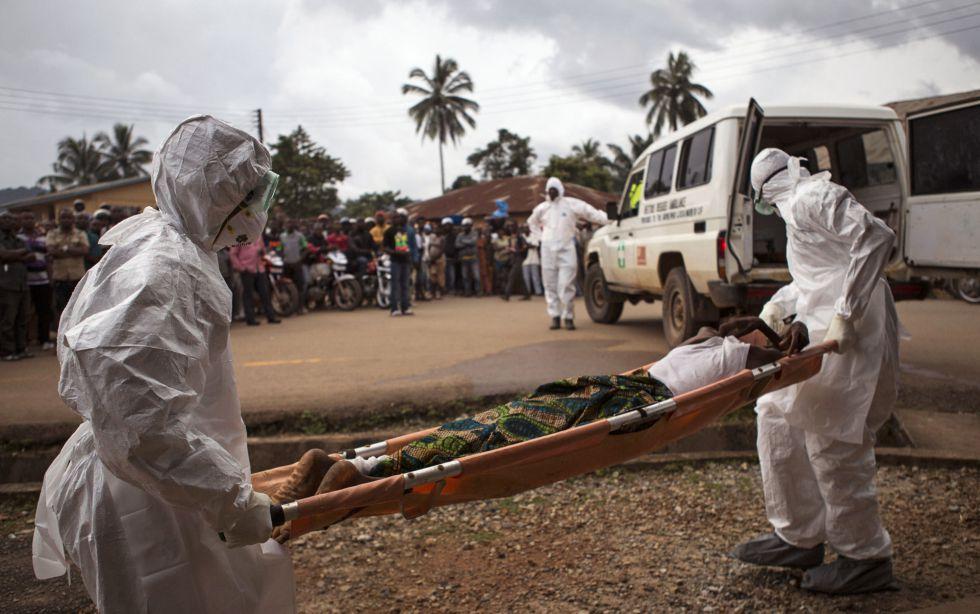 Imagen de septiembre de 2014 que muestra el traslado de un enfermo de ébola en ambulancia en Kenema (Sierra Leona).
