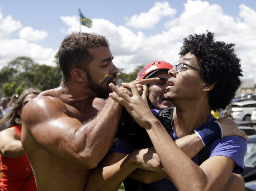 Manifestantes se enfrentan en Brasilia.
