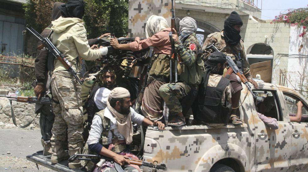 Combatientes progubernamentales patrullan en la ciudad de Taiz, el pasado 13 de marzo.