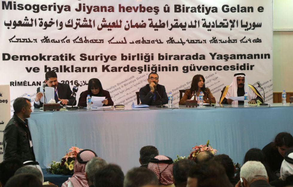 Delegados del Congreso que este jueves declaró una entidad federal en el norte de Siria, en la localidad de Rmeilan, provincia de Hasaka.