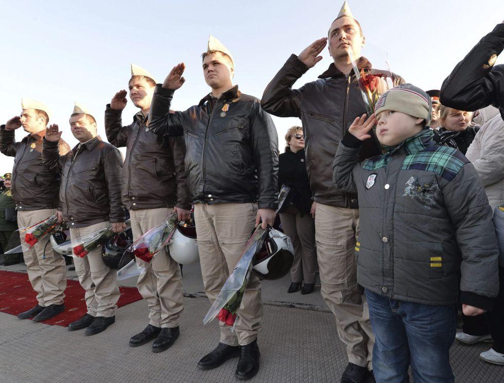 Pilotos rusos saludan el miércoles durante una ceremonia de bienvenida en la base aérea de Primorsko-Akhtarsk, al sur de Rusia.