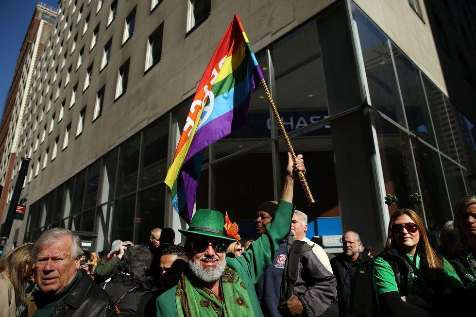 Un hombre con una bandera gay en el desfile en Nueva York.