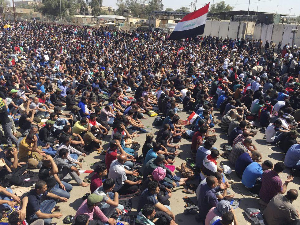 Seguidores del clérigo Muqtada al Sadr este viernes ante la Zona Verde.