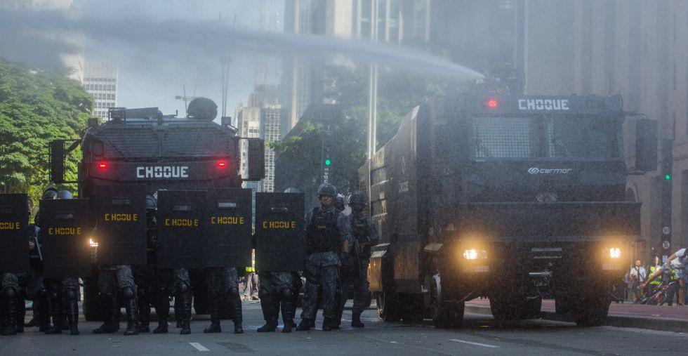Los antidisturbios, este viernes, en la avenida Paulista de Sâo Paulo.