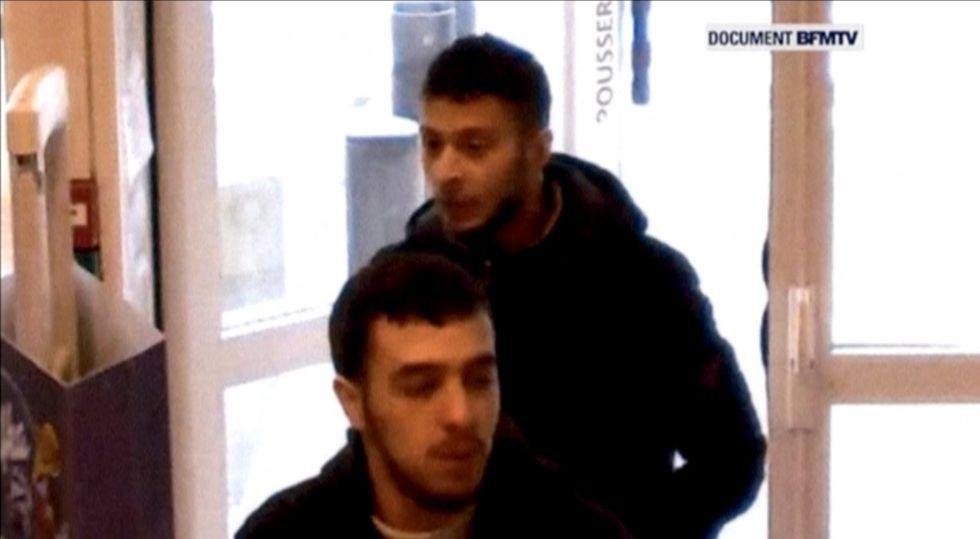 Salah Abdeslam, atrás, el 14 de noviembre en una gasolinera francesa.