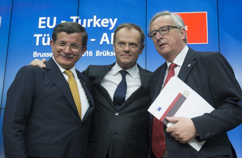 El primer ministro turco Ahmet Davutoglu (izda) posa con el presidente del Consejo Europeo Donald Tusk (c), y al presidente de la Comisión Europea (CE), Jean-Claude Juncker, durante la rueda de prensa ofrecida tras la cumbre de los jefes de Estado y de Gobierno de la Unión Europea (UE)