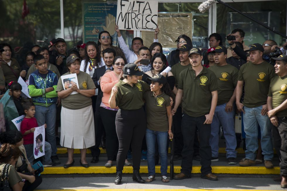 Nestora Salgado, rodeada de su gente en la puerta de la cárcel de Tepepan