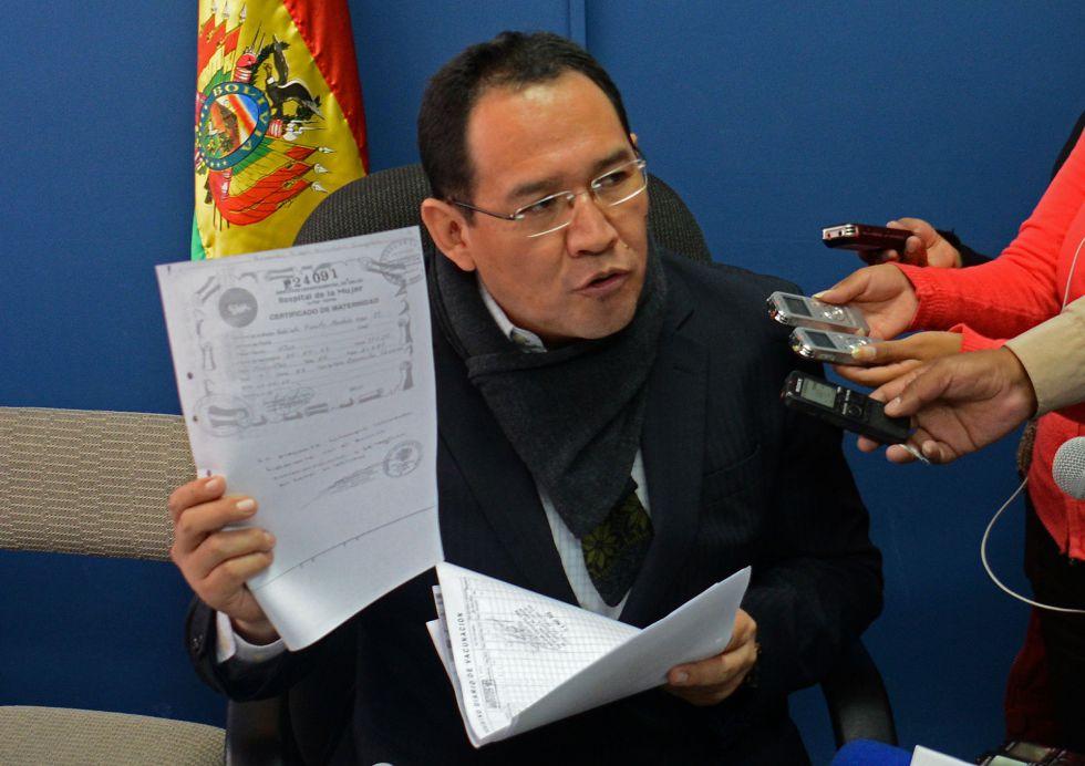 El fiscal general del Estado boliviano, Ramiro Guerrero, muestra un certificado falso del supuesto hijo de Morales.
