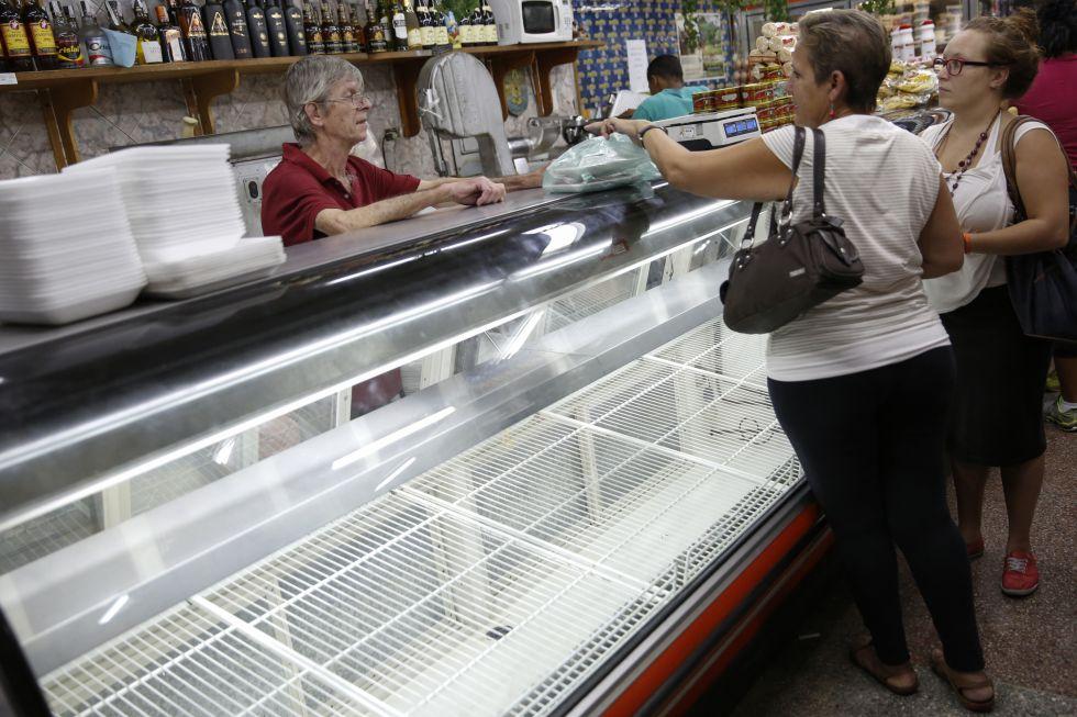 Varios clientes compran en un supermercado en Caracas en septiembre de 2014.