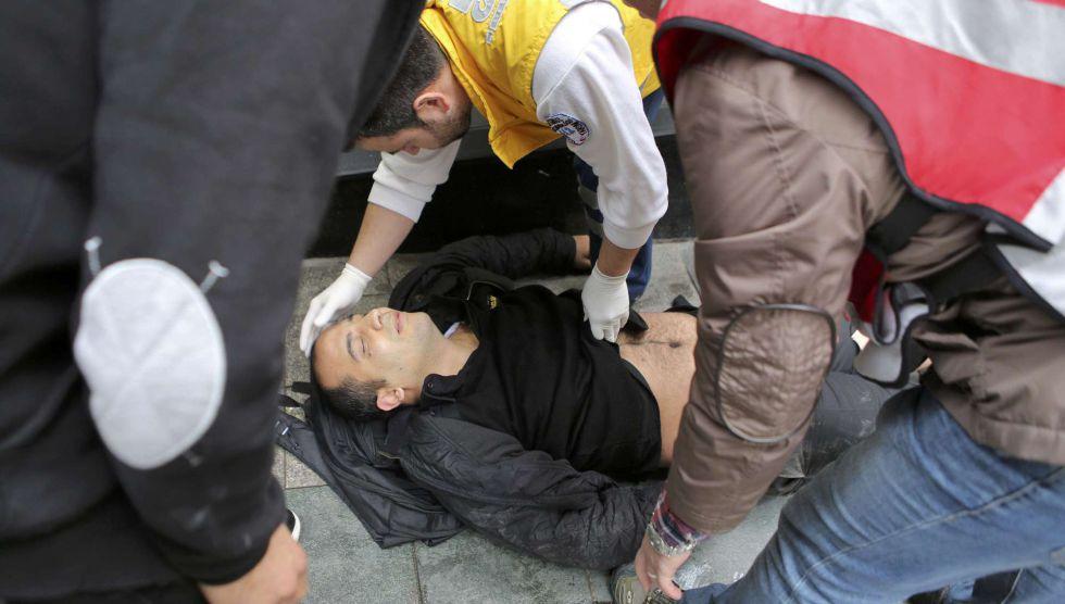 Uno de los heridos en el atentado es atendido por los servicios de emergencias.