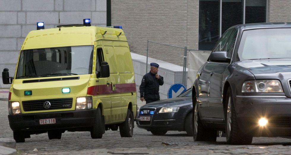 El vehículo policial que traslada a Ablesdam abandona este sábado las dependencias policiales.