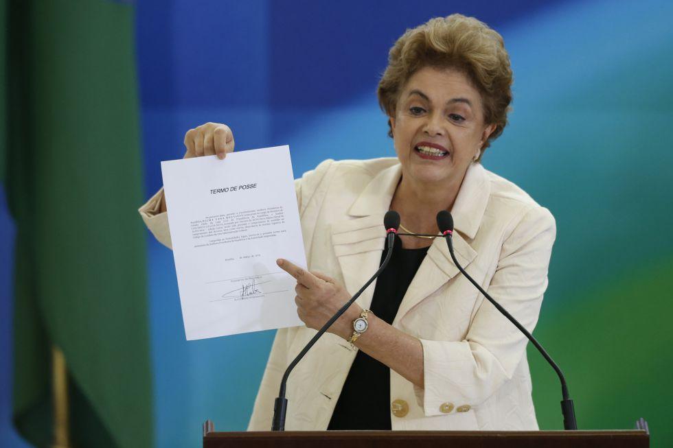 Dilma Rousseff, muestra el acta de ministro de Lula.