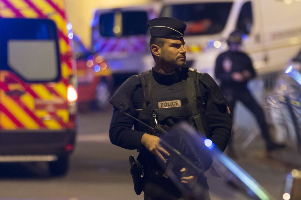 Un policía en París, después de los atentados de noviembre.