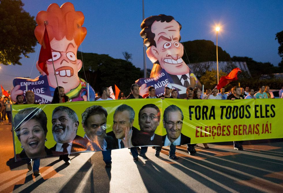 Trabajadores de General Motor protestan contra Rousseff en Sao Jose dos Campos.