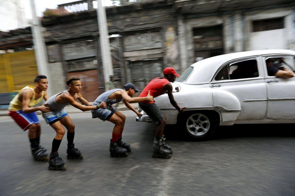 Adolescente en patines en la Habana